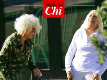 Raffaella Carrà e Loretta Goggi giocano a golf insieme, le epocali foto in attesa di uno show tv di coppia