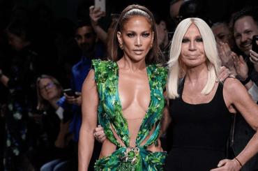 Jennifer Lopez torna ad indossare il mitologico Jungle Dress Versace dopo 20 anni, il video