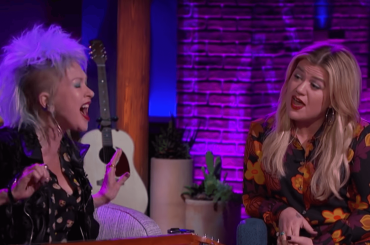 "Cyndi Lauper e Kelly Clarkson cantano ""True Colors"", video"