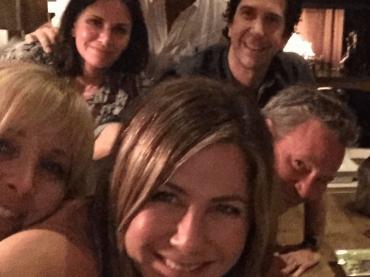 Jennifer Aniston sbarca su Instagram con una reunion di Friends, boom di follower in un'ora
