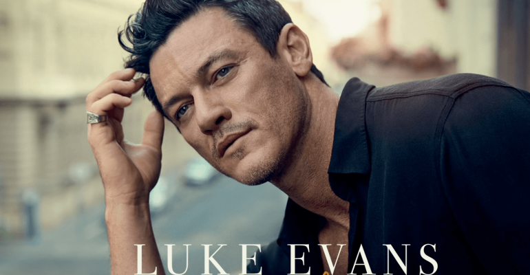 Luke Evans canta 'At Last' – video
