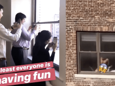 Sesso gay alla finestra, tutti a guardarli dall'ufficio – video