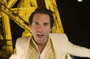 "Mika canta ""Relax, Take It Easy"" SULLA Torre Eiffel – l'incredibile video"