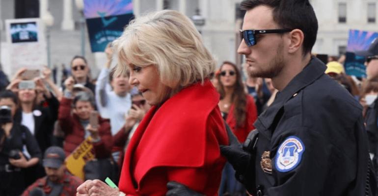 """Jane Fonda e la prigione: """"ho usato il maglione come cuscino e il cappotto come coperta"""""""