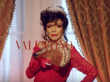 Joan Collins musa natalizia per Valentino, lo splendido spot