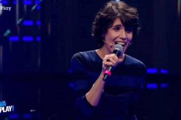 Giorgia rifà Grease e canta una canzone sulla cacca, il video