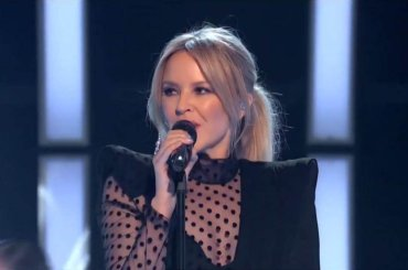Kylie Minogue canta David Bowie: il mash-up tra Fashion e Slow – video