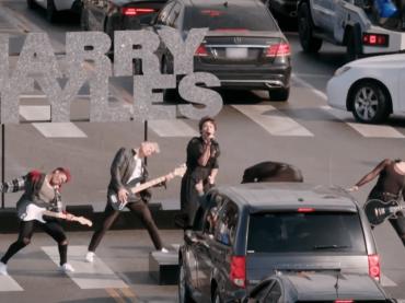 Harry Styles in concerto sulle strisce pedonali, il video