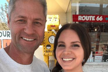 Lana Del Rey ufficializza la storia d'amore con Sean Larkin, le prime foto social