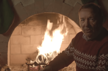 Kevin Spacey è di nuovo Frank Underwood per Natale, il video social