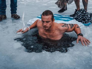 Alexander Ludwig, bagno nel lago ghiacciato – le  foto social
