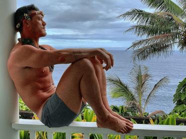 Luke Evans gnagno al mare, le foto social