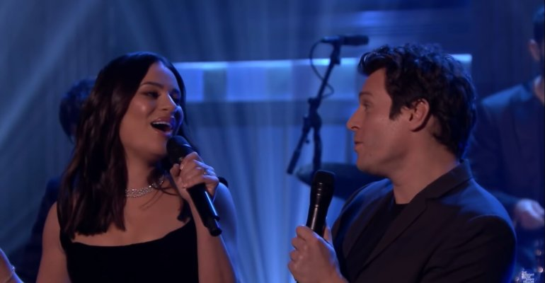 "Lea Michele e Jonathan Groff live con ""I'll Be Home For Christmas"", video"