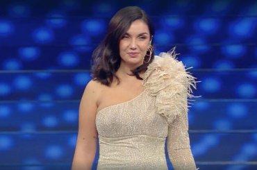 Elettra Lamborghini show a Sanremo 2020: il live è un disastro ma il pezzo spacca