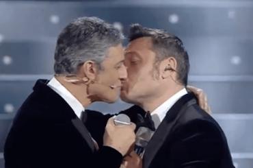 Sanremo 2020, Fiorello bacia Tiziano Ferro – VIDEO