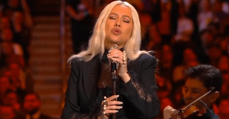 """Christina Aguilera canta """"Ave Maria"""" in onore di Kobe Bryant, video"""