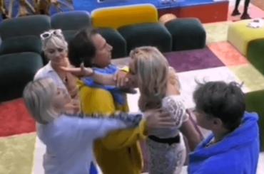Antonella Elia alza le mani su Valeria Marini, è telerissa al GF VIP – video