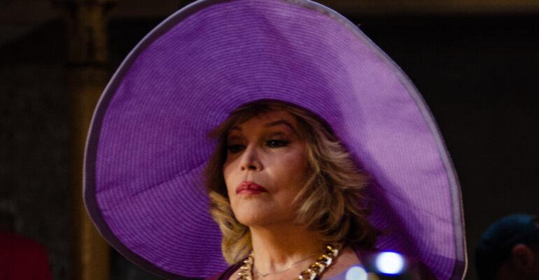 Amanda Lear torna al cinema con Si muore solo da Vivi, prima foto ufficiale