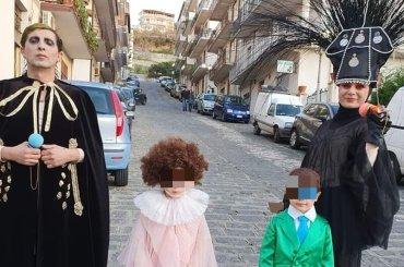 Intera famiglia si maschera da Achille Lauro a Sanremo per il Carnevale, la foto è virale