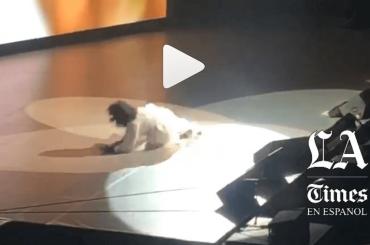Oprah Winfrey cade rovinosamente sul palco, video