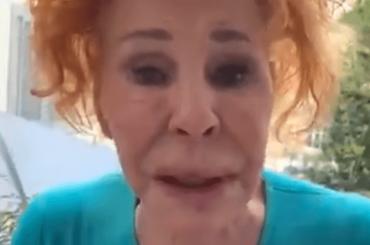 """Ornella Vanoni in lacrime, """"state a casa, fate le scale di casa se volete correre"""" – video"""