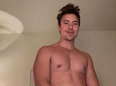 Brian Jordan Alvarez di Will and Grace, è (quasi) nudo social – foto