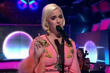 "Katy Perry, primo commosso live tv di ""Never Worn White"" – video"