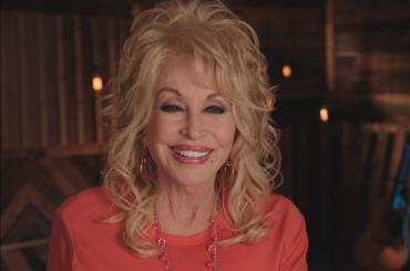 Dolly Parton onora  Whitney Houston investendo 10 milioni di dollari per la comunità black d'America