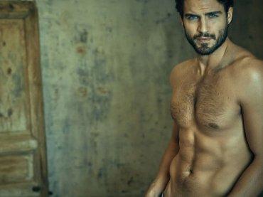 Maxi Iglesias di Valeria nudo su Risbel Magazine, le foto