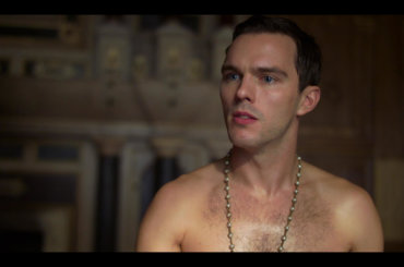 Nicholas Hoult tutto nudo e chiappe all'aria in The Great – gif e foto