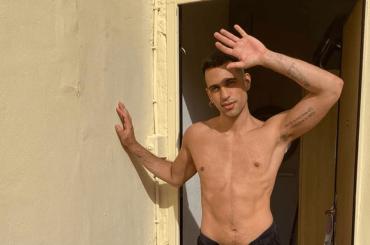 Mahmood ha caldo, si spoglia e provoca sui social – la foto