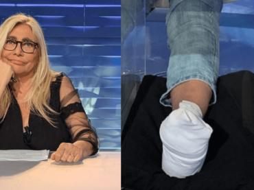 """Mara Venier in diretta con il piede fasciato: """"sono caduta dalle scale, penso di essermi fratturata il piede"""""""