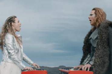 """Will Ferrell e Rachel McAdams cantano """"Volcano Man"""" nel film Netflix sull'Eurovision – il video ufficiale"""