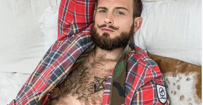 Nico Tortorella seminudo, un trionfo di pelo – la foto social