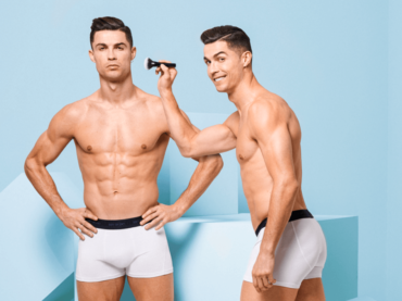 Cristiano Ronaldo si trucca nell'ultimo servizio in mutande, la foto social