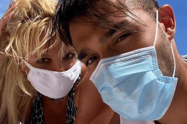 Britney Spears al mare con la mascherina (e quel bono di Sam Asghari) – le foto social