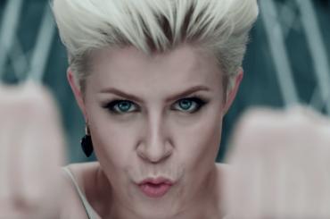 Dancing On My Own compie 10 anni, i festeggiamenti social di Robyn – video