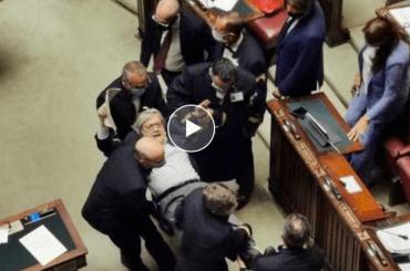 Vittorio Sgarbi portato via a forza dalla Camera dei Deputati – il video