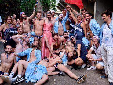 Gamberetti per Tutti, arriva anche nei cinema d'Italia il film sui pallanuotisti gay di Francia – trailer e poster