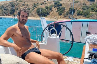"""Nyle DiMarco e la foto social in costume dal 2009: """"In barca a vela con quattro amici non udenti"""""""