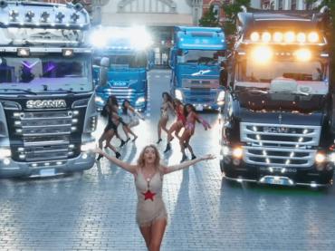 Boom di Valeria Marini, il video ufficiale
