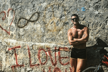 Luke Evans bono e in costume da Ibiza, le foto social