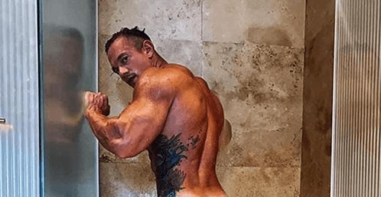 Luke Evans nudo in doccia, la foto social pubblicata da Daniel Newman – ma è davvero lui?