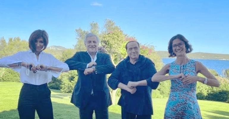 Scomparso da 6 mesi, Silvio Berlusconi è tornato (e sembra ballare Alessandra Amoroso)