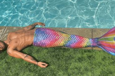 KJ Apa di Riverdale è una sirena arcobaleno, la foto social