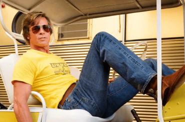 Brad Pitt distribuisce scatole di generi alimentari a famiglie bisognose di Los Angeles