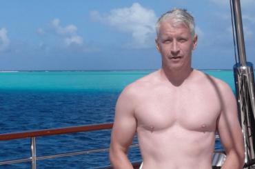 Andy Cohen pubblica le foto a torso nudo di Anderson Cooper