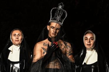Achille Lauro sacerdote queer tra le suore nel video di Maleducata, la preview social