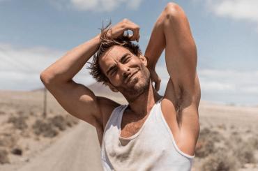 Jon Kortajarena, è pacco social con Versace – la foto