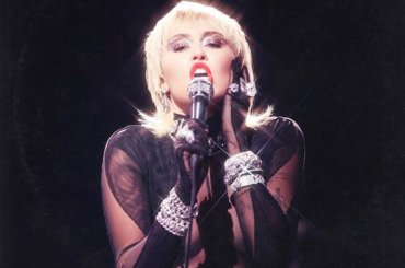 "Miley Cyrus a sorpresa, la cover di ""Heart of Glass"" di Blondie diventa singolo – da oggi in streaming"